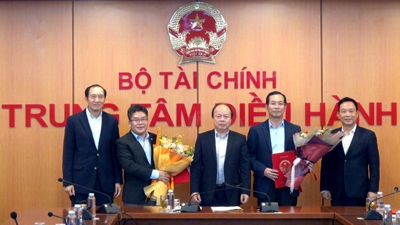 Thứ trưởng Huỳnh Quang Hải đã trao các Quyết định điều động bổ nhiệm cho các chức danh Chủ tịch và Tổng giám đốc Sở giao dịch chứng khoán Việt Nam