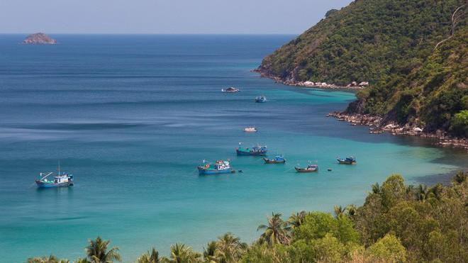 Là một vịnh biển đẹp nổi tiếng tại Khánh Hòa, Vân Phong sở hữu khí hậu ôn hòa với 300 ngày nắng trong năm.