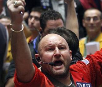 FED giữ nguyên lãi suất cơ bản 2%/năm, giá dầu xuống dưới 120 USD/thùng,.. là loạt tin vui kéo chứng khoán Mỹ tăng mạnh - Ảnh: Reuters.