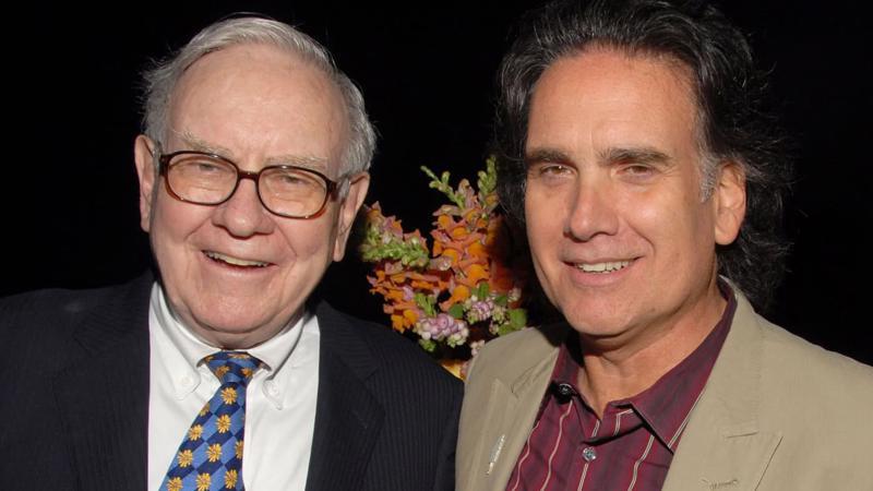 Tỷ phú Warren Buffett và con trai Peter Buffett at tại một sự kiện năm 2008 - Ảnh: Getty Images