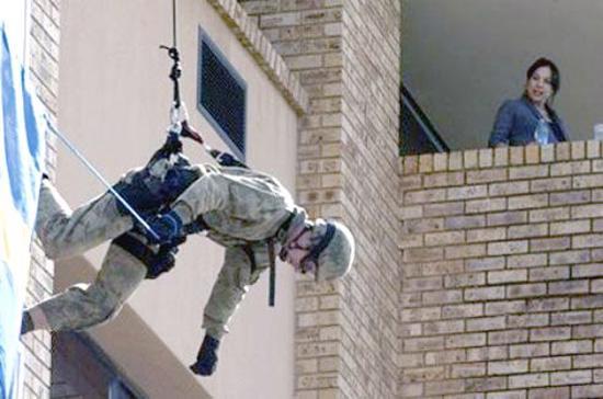 Các vệ sĩ đều được huấn luyện bài bản - Ảnh: AP.