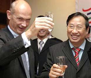 Phó thử tướng Phạm Gia Khiêm và Tổng giám đốc WTO Pascal Lamy trong buổi tiệc mừng Việt Nam chính thức gia nhập WTO - Ảnh: AFP.