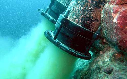 Đường ống xả thải ngầm của Formosao xuống biển đã được các ngư dân lặn xuống biển chụp, sau nghi vấn nhà máy này có liên quan đến việc cá chết hàng loạt.<br>