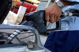 Giá xăng dầu bình quân trong 30 ngày vẫn ở mức cao được xem là lý do khiến các doanh nghiệp đầu mối chưa giảm giá bán lẻ trong nước.