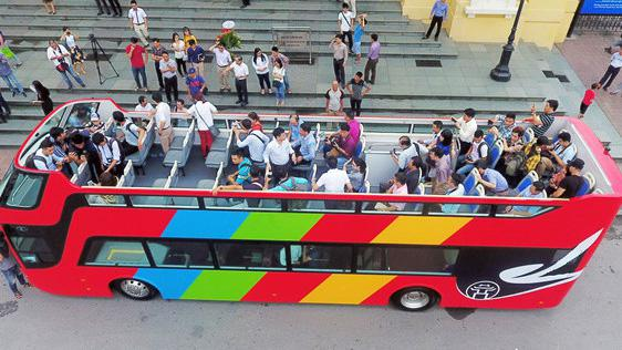 Từ tháng 6/2017, một vài doanh nghiệp trong nước đã thí điểm sử dụng xe buýt hai tầng tại Hà Nội. Sau Hà Nội, một số tỉnh thành khác cũng thí điểm xe bus hai tầng, gồm Tp.HCM, Đà Nẵng, Quảng Nam, Thừa Thiên - Huế, Lâm Đồng, Kiên Giang.