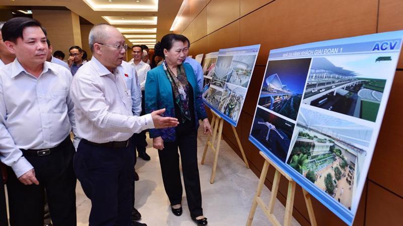 Chủ tịch Quốc hội cùng các vị đại biểu xem phối cảnh sân bay Long Thành được trưng bày tại hành lang Quốc hội - Ảnh: Quang Phúc