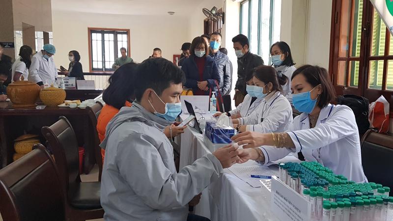 Các phóng viên tác nghiệp tại Đại hội XIII của Đảng được tiến hành xét nghiệm Covid-19 tại Hà Nội