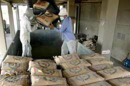 Với 105 nhà máy đang hoạt động, theo ước tính lượng xi mang dư thừa trong 2010 này sẽ vào khoảng 3 triệu tấn.