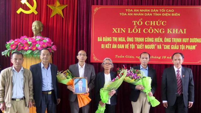 Ngày 24/10 vừa qua, Tòa án Nhân dân tỉnh Điện Biên thay mặt các cơ quan tố tụng của tỉnh này tổ chức xin lỗi công khai đối với 3 người trong cùng một gia đình bị kết án oan từ năm 1990 - Ảnh: TTXVN.