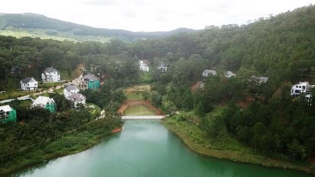 Nhiều năm qua, tỉnh Lâm Đồng mời gọi đầu tư, cấp phép cho nhiều doanh nghiệp, nhà đầu tư xây dựng các công trình, dự án nghỉ dưỡng cao cấp quanh khu vực ven hồ.