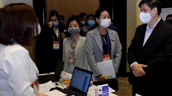 Bộ trưởng Nguyễn Thanh Long kiểm tra công tác phục vụ y tế tại một địa điểm lưu trú của đại biểu. Ảnh - Trần Minh