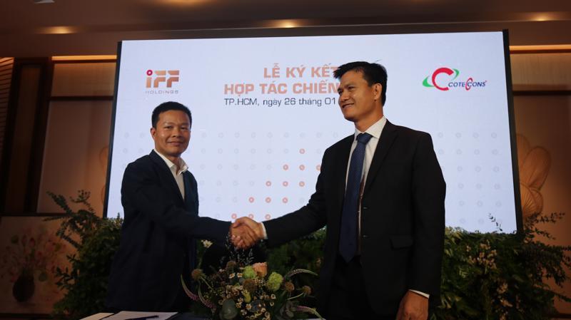 Ông Nguyễn Hoàng Sơn - Phó Tổng giám đốc IFF Holdings và Ông Phạm Quân Lực - Phó Tổng giám đốc Coteccons ký kết hợp tác chiến lược.