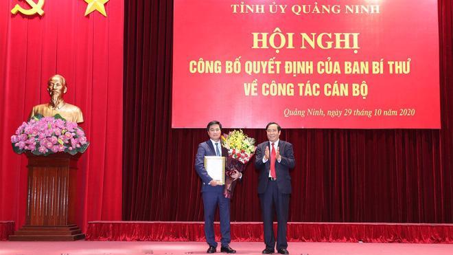 Phó ban Tổ chức Trung ương Nguyễn Thanh Bình trao quyết định và chúc mừng ông Nguyễn Tường Văn (phải).