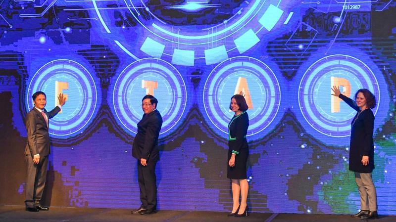 Từ trái qua phải: Bộ trưởng Bộ Công Thương Trần Tuấn Anh; Phó Thủ tướng Chính phủ, Bộ trưởng Bộ Ngoại giao Phạm Bình Minh; bà Robyn Mudie, Đại sứ Australia tại Việt Nam và bà Carolyn Turk, Giám đốc quốc gia Ngân hàng Thế giới tại Việt Nam tại lễ ra mắt FTAP - Ảnh: WB