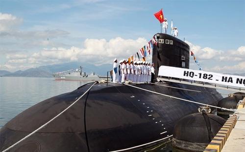 Lễ thượng cờ tàu ngầm HQ-182 Hà Nội - Ảnh: TTXVN.