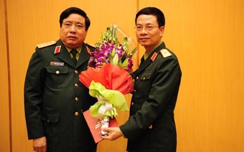 Đại tướng Phùng Quang Thanh, Bộ trưởng Bộ Quốc phòng (bên trái) trao quyết định bổ nhiệm Tổng giám đốc Viettel cho Thiếu tướng Nguyễn Mạnh Hùng, cuối tháng 2/2014.<br>