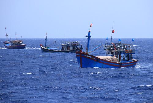 Táu cá của ngư dân Việt Nam ở khu vực hạ đặt giàn khoan trái phép của Trung Quốc - Ảnh: VnExpress.
