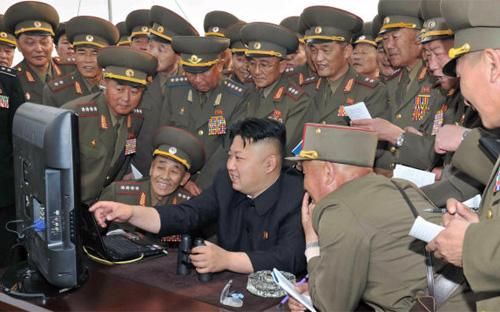 Nhà lãnh đạo Triều Tiên Kim Jong Un (giữa) trong một chuyến thị sát.<br>