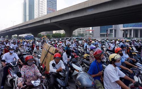 Hiện nay, Bộ Giao thông Vận tải đã có văn bản kiến nghị với Chính phủ xem xét, quyết định dừng thu phí đối với xe máy - Ảnh: VNN.