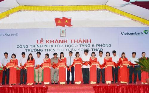 Lễ khánh thành công trình nhà lớp học 2 tầng 8 phòng - Trường trung học cơ sở thị trấn Sông Thao (Cẩm Khê, Phú Thọ).<br>