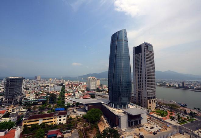 Tòa nhà trung tâm hành chính Đà Nẵng với thiết kế như ngọn hải đăng hướng ra biển kết hợp với cánh buồm vươn ra khơi, vừa đi vào hoạt động mới đây - Ảnh: Zing.<br>