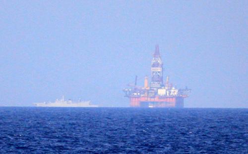 Vào ngày 1/5, Trung Quốc đưa giàn khoan Hải Dương 981 vào sâu trong thềm  lục địa và vùng đặc quyền kinh tế của Việt Nam. Để hậu thuẫn và bảo vệ  giàn khoan này, Trung Quốc cử 80 tàu, và con số này vẫn đang tiếp tục  tăng lên - Ảnh: Nguyễn Đông.