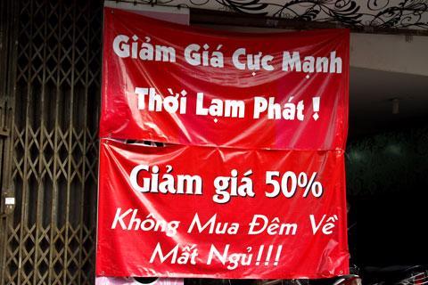 Quảng cáo của một cửa hàng tại Hà Nội. Có lẽ câu chuyện về lạm phát trong mối quan hệ với tăng trưởng sẽ còn rất dài - Ảnh: VnExpress.<br>