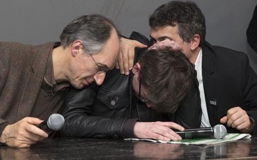 Những thành viên còn sống sót của Charlie Hebdo trong một khoảnh khắc xúc động - Ảnh: REX.<br>