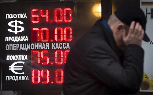 Sự giảm giá chóng mặt của đồng Rúp trong những ngày gần đây chưa dẫn tới sự hoảng loạn rõ rệt, nhưng đã khiến nhiều người dân Nga chạy đi đổi tiền hoặc mua sắm những mặt hàng lâu bền như đồ nội thất, xe hơi và nữ trang trước khi những mặt hàng này được tăng giá bán - Ảnh: Reuters.<br>