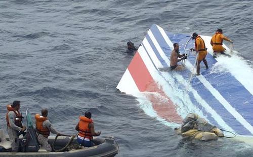 Trục vớt mảnh xác chuyến bay 447 của Air France, bị rơi hôm 1/6/2009 xuống Đại Tây Dương ngoài khơi bờ biển Brazil.