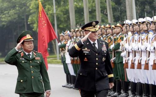 Thượng tướng Đỗ Bá Tỵ, Thứ trưởng Bộ Quốc phòng, Tổng tham mưu trưởng Quân đội Nhân dân Việt Nam và Đại tướng Martin Dempsey, Tổng tham mưu trưởng Liên quân Hoa Kỳ&nbsp; duyệt hàng quân danh dự tại Hà Nội, ngày 14/8/2014 - Ảnh: AP.<br>