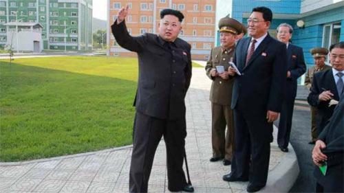 """Ông Kim Jong Un đã """"tái xuất"""" trên truyền thông nhà nước Triều Tiên hồi đầu tuần này, đập tan mọi tin đồn. Trong những bức ảnh được đăng tải hôm thứ Hai, nhà lãnh đạo trẻ bước đi với một cây gậy trong tay."""