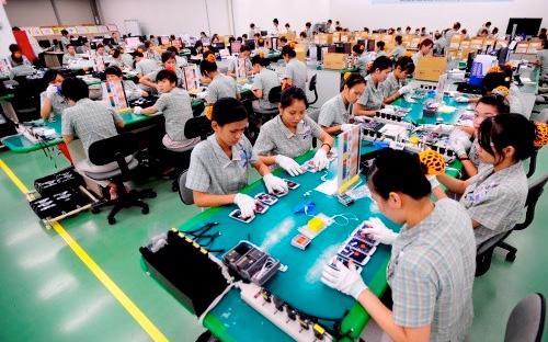 Hoạt động tại nhà máy sản xuất điện thoại của Samsung ở Bắc Ninh. Kim ngạch xuất khẩu điện thoại các loại và linh kiện của các doanh nghiệp FDI như Samsung chiếm 99,6% tổng kim ngạch xuất khẩu nhóm hàng này của cả nước.<br>