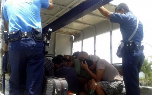 Nhà chức trách Philippines đã chuyển các ngư dân này tới một nhà tù địa  phương ở Palawan vào cuối ngày thứ Sáu. Mỗi ngư dân có thể nộp số tiền  bảo lãnh 150.000 Peso, tương đương 3.400 USD để được thả tự do tạm thời  trong quá trình bị xét xử - Ảnh: Reuters.<br>