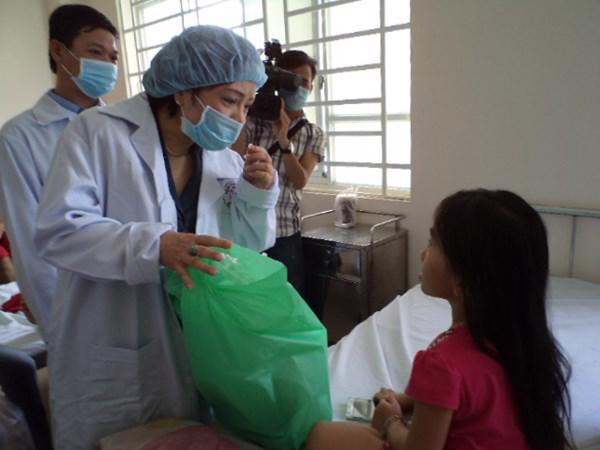 Bộ trưởng Bộ Y tế Nguyễn Thị Kim Tiến thăm bệnh nhân sởi trong đợt dịch vừa qua - Ảnh: MTG.<br>