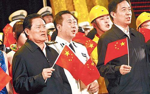 """Chu Vĩnh Khang (bên trái) vẫn thường được xem là có mối quan hệ thân cận với Bạc Hy Lai (bên phải) - chính khách nổi tiếng đã """"ngã ngựa"""" gần đây tại Trung Quốc.<br>"""