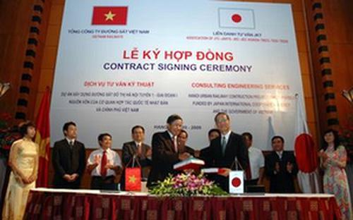 Ông Nguyễn Hữu Bằng, Chủ tịch - Tổng giám đốc Tổng công ty Đường sắt Việt Nam và ông Hirotaka Nozima - đại diện liên danh nhà thầu tư vấn JKT (có JTC tham gia) tại lễ ký hợp đồng năm 2009 - Ảnh: GTVT.<br>