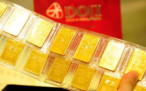 Huy động và cho vay vàng bị cắt. Việc bơm vốn hậu thuẫn cho kinh  doanh, đầu tư vàng bị cắt. Phần còn lại trong hệ thống các tổ chức tín  dụng hiện nay là kinh doanh vàng thương mại đơn thuần, theo giới hạn  trạng thái vàng tối đa 2% vốn tự có.