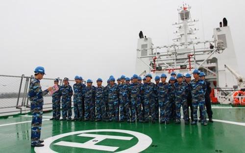 Các chiến sỹ trên tàu cảnh sát biển 8001 chuẩn bị lên đường làm nhiệm vụ ở biển Đông.