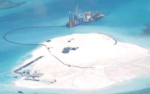 Tàu Trung Quốc tiến hành xây đảo nhân tạo trái phép tại đá Gạc Ma, thuộc quần đảo Trường Sa của Việt Nam - Ảnh: AP.