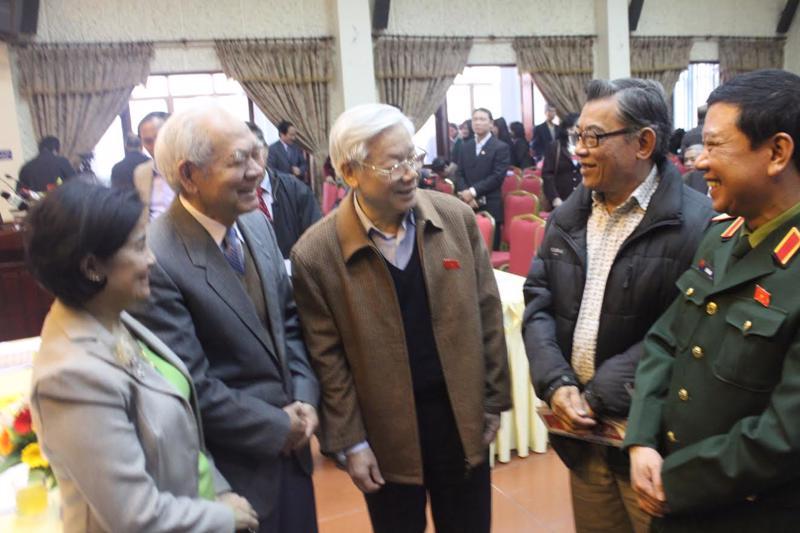 Tổng bí thư Nguyễn Phú Trọng (giữa) gặp gỡ cử tri tại Hà Nội, sáng 6/12 - Ảnh: NQ.<br>
