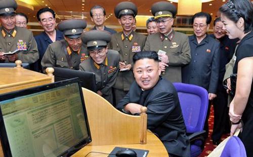 Nhà lãnh đạo Triều Tiên Kim Jong Un (giữa).Việc siết chặt khả năng tiếp cận mạng Internet toàn cầu của người nước ngoài ở Triều Tiên cho thấy thế cân bằng mong manh mà Bình Nhưỡng đang cố gắng duy trì.