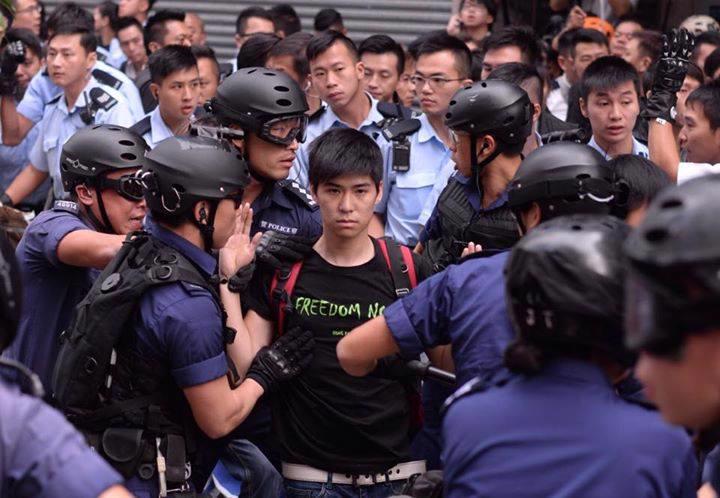 """Lester Shum, Phó tổng thư ký Liên đoàn Sinh viên Hồng Kông, bị cảnh sát bắt hôm 26/11 - Ảnh: <span class=""""fbPhotosPhotoCaption"""" tabindex=""""0"""" data-ft=""""{&quot;tn&quot;:&quot;K&quot;}"""" id=""""fbPhotoSnowliftCaption""""><span class=""""hasCaption"""">Alan Kwankit.</span></span>"""