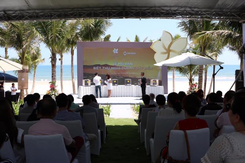 Quang cảnh lễ mở bán sáng 19/9 tại Premier Village Danang Resort. Theo cam kết của Sun Group, khách hàng mua biệt thự sẽ được chia sẻ tới 85% lợi nhuận từ cho thuê, và lợi tức tối thiểu khách hàng nhận được hàng năm khoảng 9% trong thời hạn 10 năm với tiền đồng và 5% với tiền USD. <br>