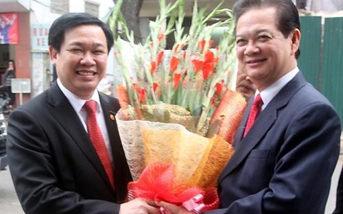 Thủ tướng Nguyễn Tấn Dũng và Trưởng ban Kinh tế Trung ương Vương Đình Huệ (bên trái).<br>