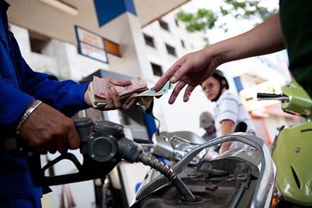 Sau 5 lần tăng giá xăng liên tiếp với tổng mức tăng gần 2.000 đồng/lít  xăng, liên bộ đã yêu cầu các doanh nghiệp giảm giá xăng 4 lần liên tục.