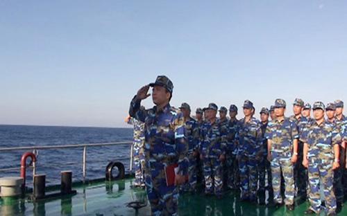 Nghi lễ chào cờ Tổ quốc trên tàu cảnh sát biển Việt Nam - Ảnh: Vietnam Plus.<br>
