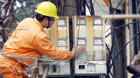 EVN đã kiến nghị điều chỉnh giá bán điện bình quân trong năm 2014 (vào tháng 12/2014) lên 1.652,19 đồng/kWh, tăng 9,5% so với giá bán điện bình quân hiện hành (1.508,85 đồng/kWh) - Ảnh: ANTĐ.<br>
