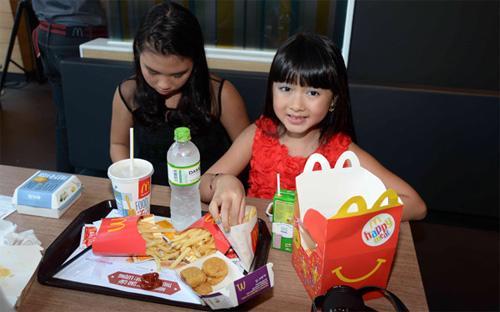 Trong 24 giờ hoạt động đầu tiên, cửa hiệu tiên phong của McDonald's tại Việt Nam phục vụ 22.500 khách hàng - Ảnh: Thanh Niên.<br>
