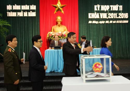 Các đại biểu Hội đồng Nhân dân thành phố Đà Nẵng bỏ phiếu tín nhiệm - Ảnh: Nguyễn Đông/VnExpress.